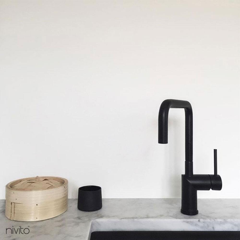 Su musluk siyah